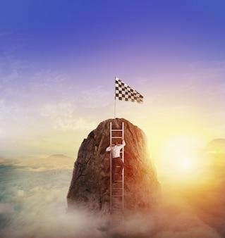 ビジネスマンは旗を得るために山に登る。達成ビジネス目標と難しいキャリアコンセプト