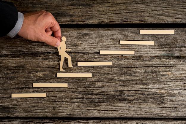 Бизнесмен восхождение по ступеням к успеху