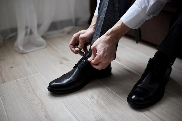사업가 옷 신발, 일을 준비하는 남자, 결혼식 전에 신랑 아침. 남성 패션