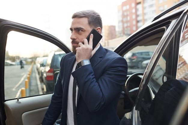 市内の車を出てくるビジネスマン