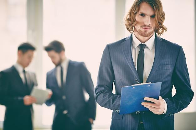 Бизнесмен сосредоточены на своей работе