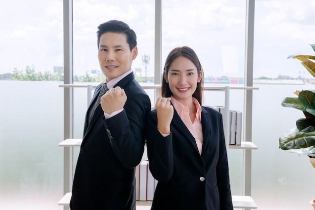 ビジネスマンの自信と従業員の美しいオフィスの女性