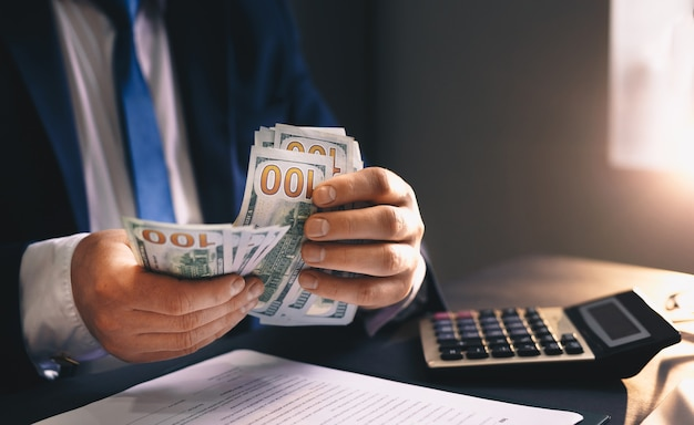 사업가 수입 돈을 계산합니다. 금융 비즈니스 개념입니다.