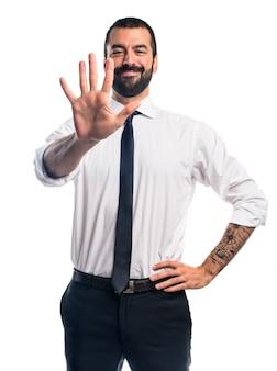 Uomo d'affari che conta cinque