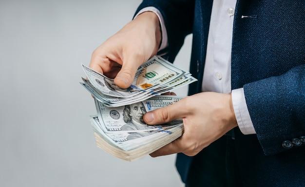 ビジネスマンは手でお金を数える