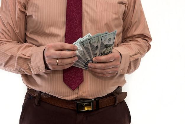 ビジネスマンは、白で隔離されるお金を数える