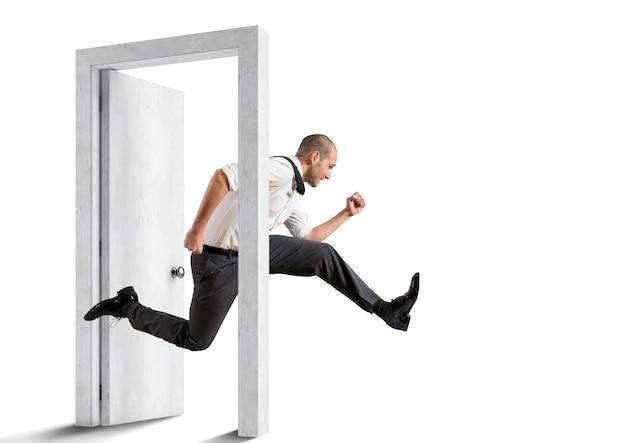 사업가 문을 교차. 갱신의 개념