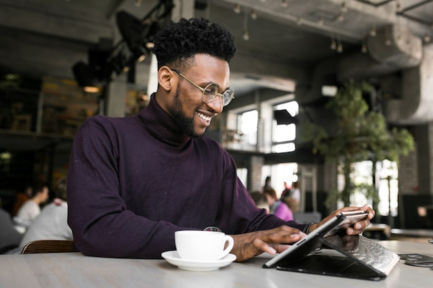 Uomo d'affari digitale utilizzando l'autobus africano