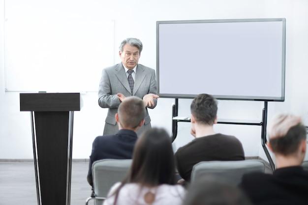 ビジネスチームの財務スケジュールと話し合うビジネスマン