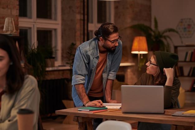 사무실에서 작업 하루 동안 사업가와 작업을 논의하는 사업