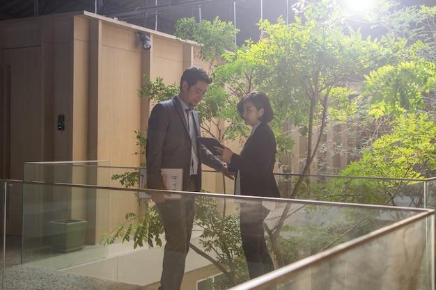 Обсуждение бизнесмена о своем бизнесе за пределами офиса. два человека.