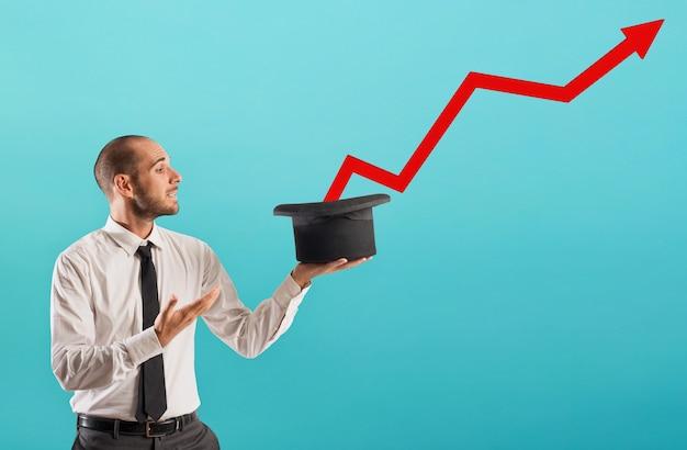 Бизнесмен творит чудеса с растущей красной статистической стрелкой