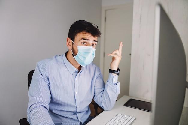 Бизнесмен делает свою работу во время вируса короны.