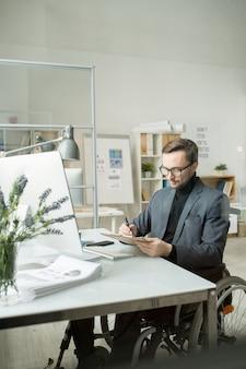 オフィスで事務処理を行うビジネスマン