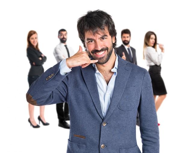 Businessman facendo gesto del telefono su sfondo bianco