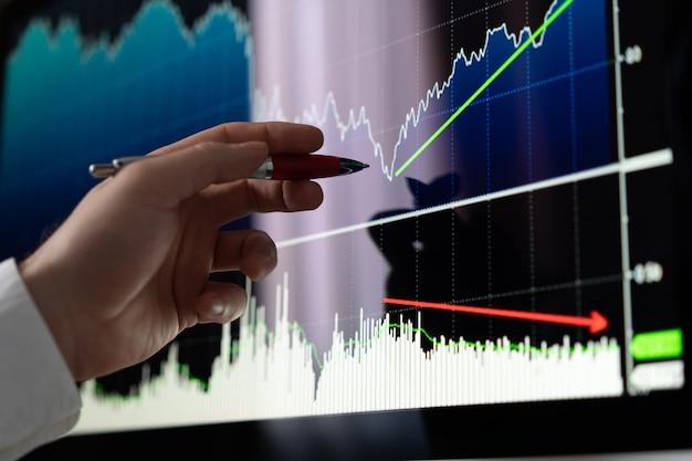 株式分析を行うビジネスマン