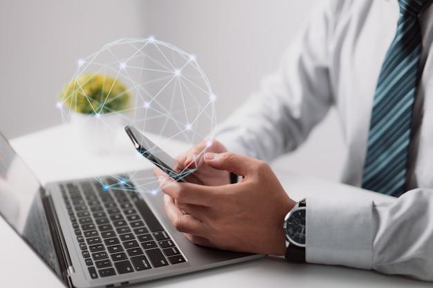 モバイルストアで人気のあるアプリケーションやマルチメディアプログラムをダウンロードするビジネスマン