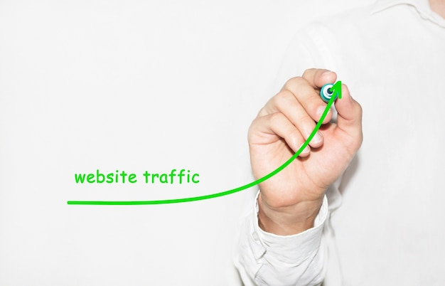 ビジネスマンが成長するグラフを描くは、ウェブサイトのトラフィックの増加を象徴しています Premium写真