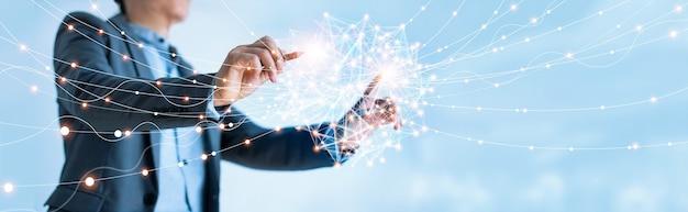 グローバル構造のネットワーキングとデータ交換の顧客接続を描くビジネスマン