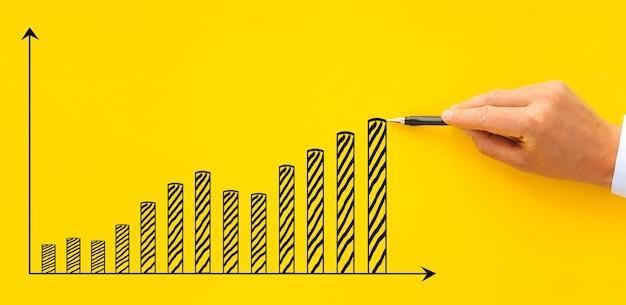 Бизнесмен, тянущий график увеличения бизнеса, концепция роста и развития