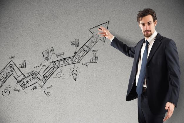 Бизнесмен рисует и показывает графику на стрелке в гору