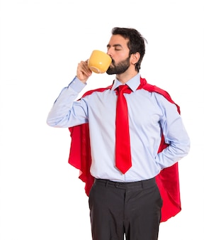Uomo d'affari vestito come il caffè di supereroe