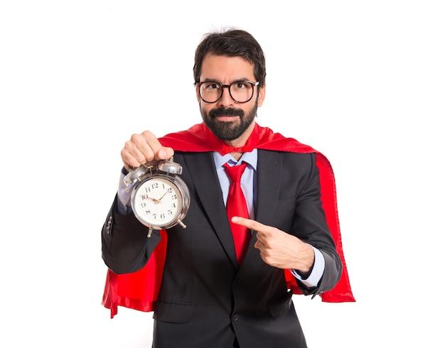 Uomo d'affari vestito come supereroe in possesso di un orologio