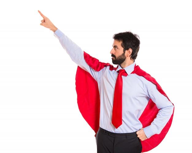 사업가 측면을 가리키는 슈퍼 히어로처럼 입고