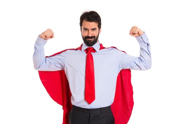 Uomo d'affari vestito come supereroe orgoglioso di se stesso
