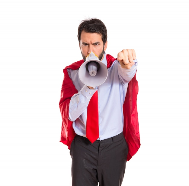 Uomo d'affari vestito come supereroe urlando dal megafono