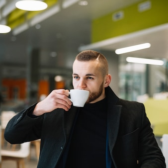 コーヒーを飲むビジネスマン