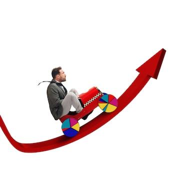Бизнесмен, движущийся в гору стрелкой к экономическому росту