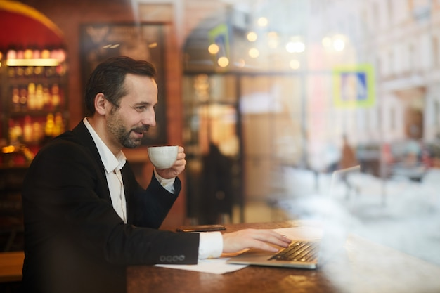 Бизнесмен, наслаждаясь кофе в роскошном ресторане