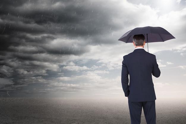 Бизнесмен наслаждаясь плохой погоды