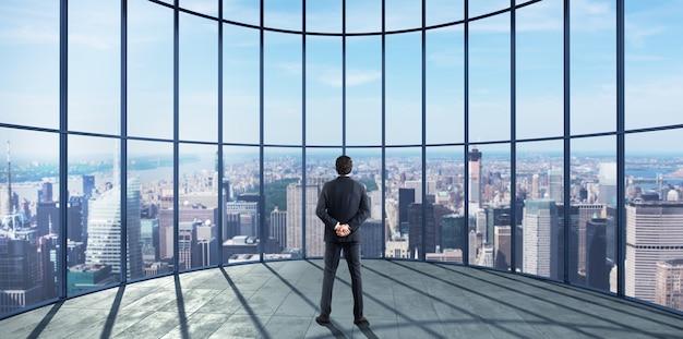 ビジネスマンは彼女のプロとしての成功を楽しんでおり、街の景色を眺めています。 。 3dレンダリング