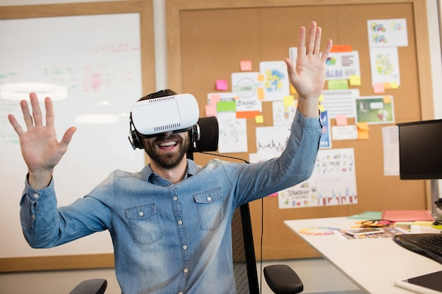 Бизнесмен, испытывающий виртуальную реальность в офисе