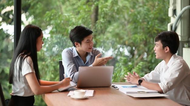 会議室で仲間に新しいビジネスアイデアを説明するビジネスマン。