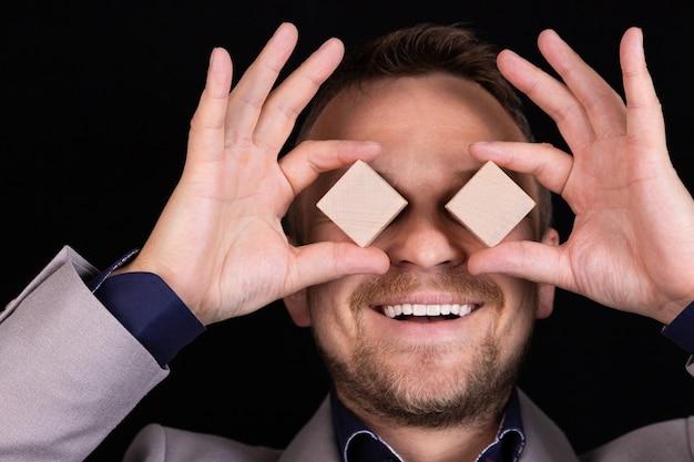 사업가 나무 블록으로 그의 손과 얼굴로 감정을 표현