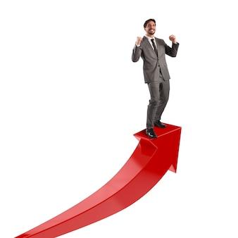 Бизнесмен ликует над красной стрелкой вверх. концепция экономического успеха
