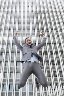 都市の高層ビルから落ちるビジネスマン