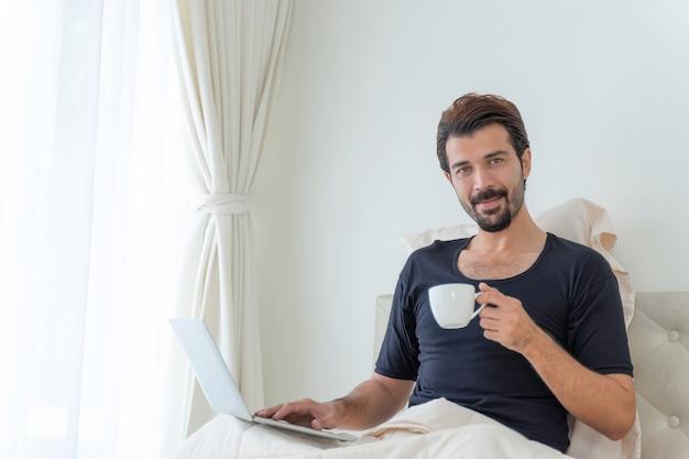 Бизнесмен счастлив пить кофе во время работы в домашнем офисе