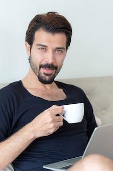 사업가 집에서 사무실에서 일하는 동안 행복하게 마시는 커피를 느낀다