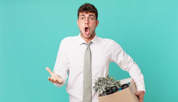ビジネスマンは、ストレスと恐怖の表情で、非常にショックと驚き、不安とパニックを感じています