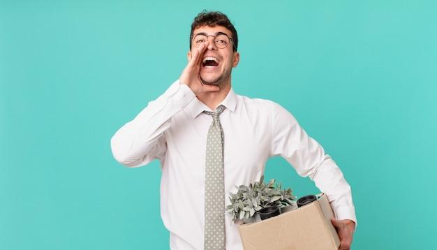 사업가는 행복하고, 흥분되고, 긍정적이며, 손을 입 옆에 대고 큰 소리로 외치고 있습니다. 해고 개념