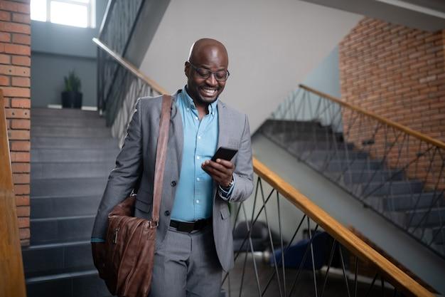 Бизнесмен чувствует себя мотивированным. жизнерадостный афро-американский бизнесмен мотивирован перед встречей