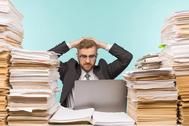 Бизнесмен грустит и злится из-за потери денег из-за своего бизнеса.