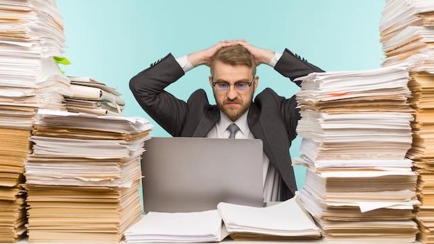 Бизнесмен грустит и злится из-за потери денег из-за своего бизнеса