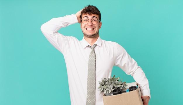 ビジネスマンは、ストレス、心配、不安、または恐怖を感じ、手を頭に置き、誤ってパニックに陥ります。解雇の概念