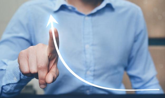 Палец бизнесмена указывая диаграмму стрелки с диаграммой. бизнес-планирование и концепция стратегии.