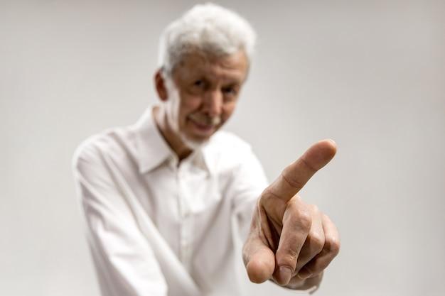 Палец бизнесмена касаясь пустой панели поиска, концепция современного бизнеса